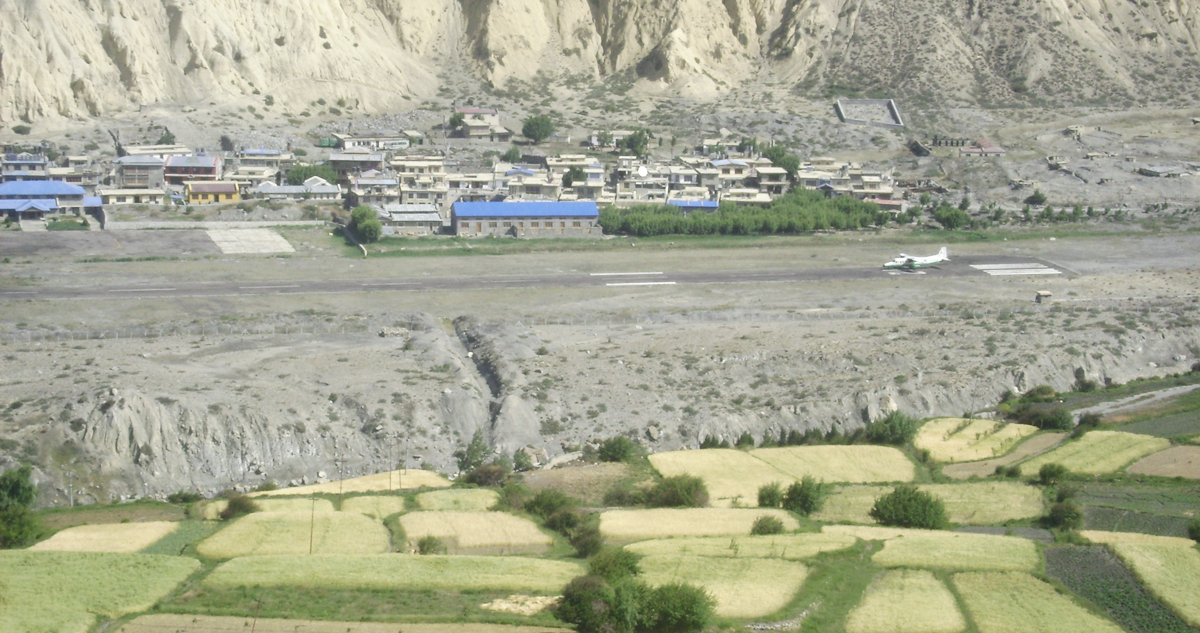 Plane flying into Jomsom